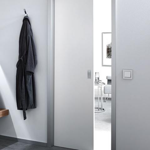 Alumin alu F1 falban futó tolóajtó lakkozott fehér ajtóval
