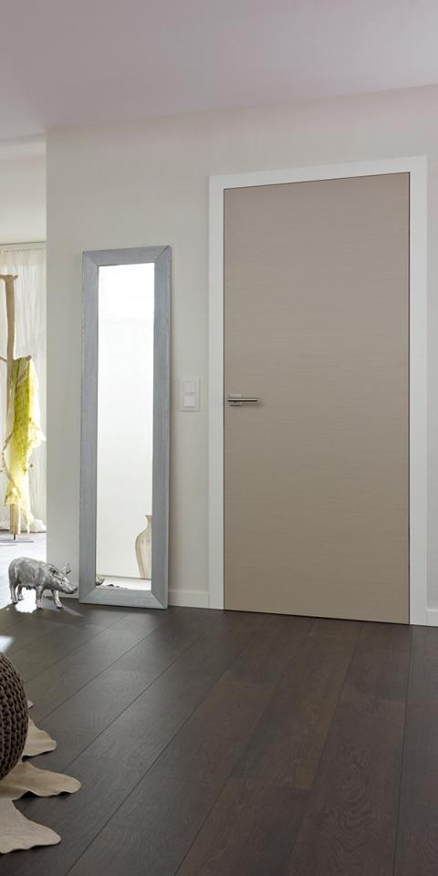 Feinschliff Viala furnéros ajtó, festett fehér tok, síkban záródó kivitel