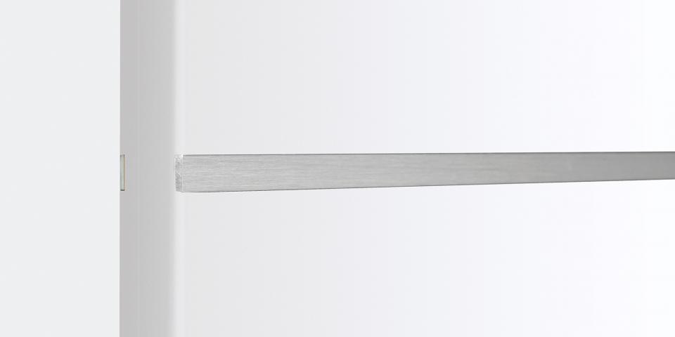 Festett fehér felület süllyesztett rozsdamentes csíkkal