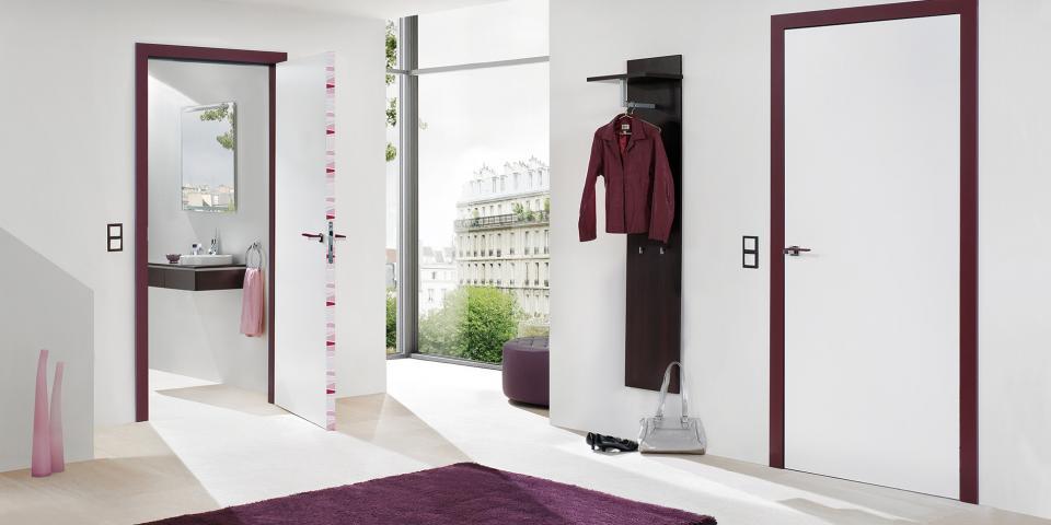 Festett fehér ajtó, síkban záródó kivitel, színes tok