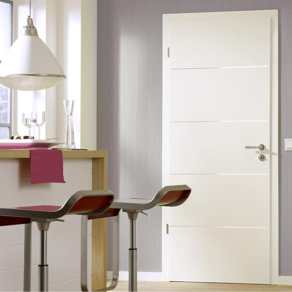 Festett fehér ajtó rozsdamentes díszcsíkokkal